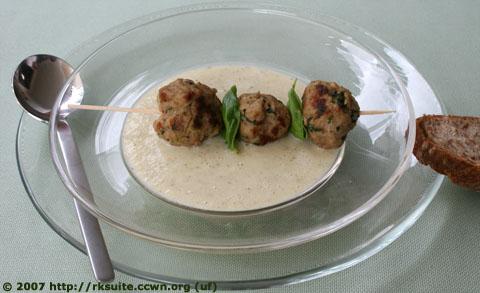 Kohlrabirahmsuppe mit Fleischklößchen