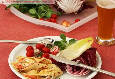 Räucherlachsrouladen an Salatpotpourri