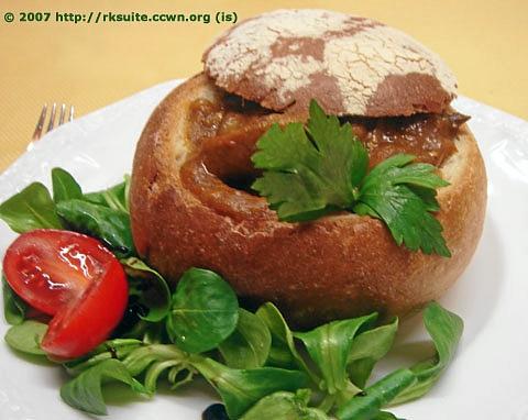 Mit Gulasch gefüllte Brotschüssel