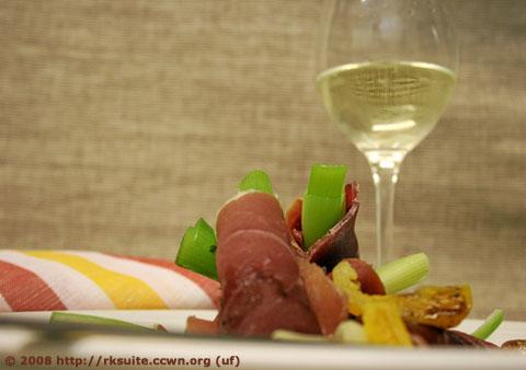 Schinkenröllchen mit Frühlingszwiebeln und Aprikosen - Stilleben