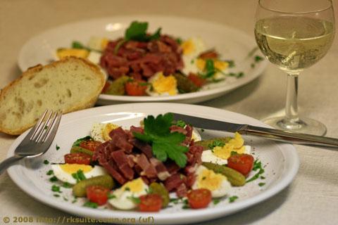 Brotzeit mit Schinkenstreifen, Eiern und Gürkchen
