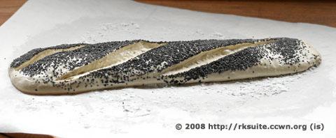 Mohnbaguette-Teigling eingeschnitten