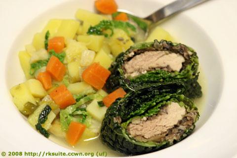 Wirsingpäckchen in Gemüsesuppe