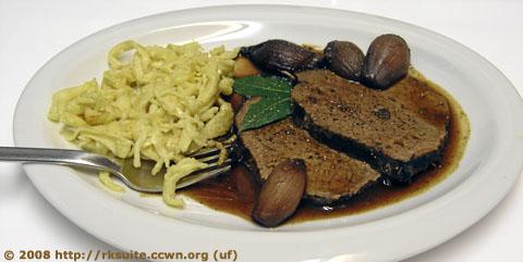 Brasato al Barolo mit Spaetzle und Rotweinzwiebeln
