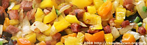 Speck-Gemüse-Mischung für das Rührei