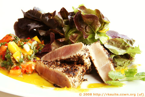 Eichblattsalat mit Thunfisch und Mango-Papaya-Relish