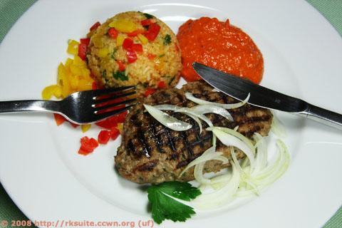Mit Schafskäse gefüllte Hackfleischfladen mit Gemüsereis und Paprikamark