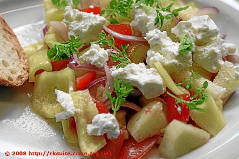 Paprika-Melonen-Salat mit Ziegenfrischkäse