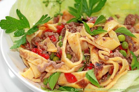 Pfankuchen-Hackfleisch Ragout im Salatblatt