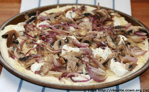 Pizza mit Zwiebeln und Champignons_1