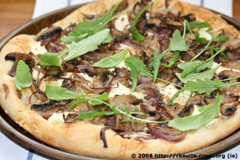 Pizza mit Zwiebeln und Champignons_2