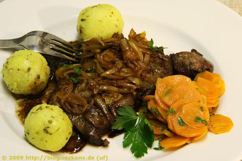 Zwiebelrostbraten mit glacierten Karotten und Kartoffelknödeln