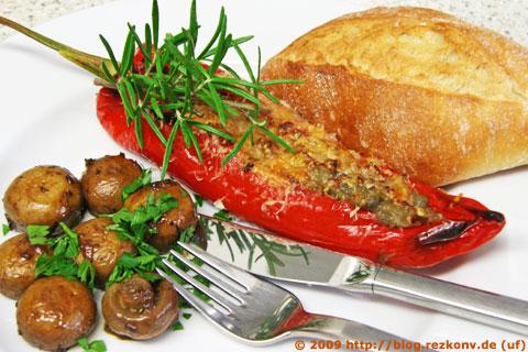 Spitzpaprika mit Auberginenmus gefüllt