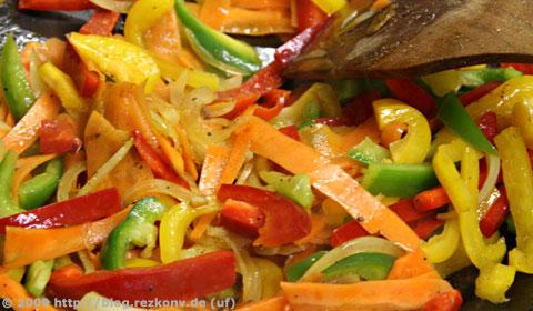 Gemüsestreifen beim Braten im Wok