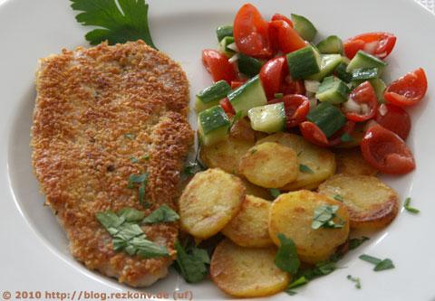 Schnitzel mit Bratkartoffeln und Salat