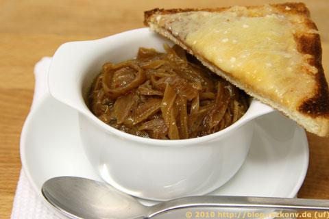 Portion der Zwiebelsuppe mit Parmesantoast
