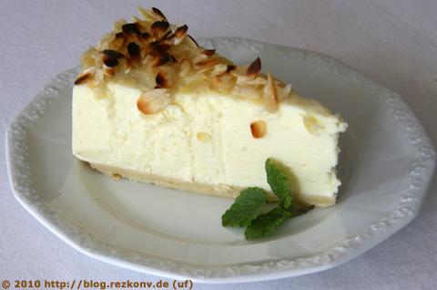 Stück des Käsekuchen mit gebrannten Mandeln