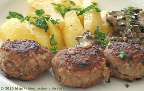 Fleischküchle mit gedämpften Kartoffeln und Waldpilzen