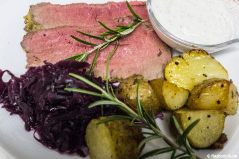 Roastbeef mit Kartoffeln und Rotkraut